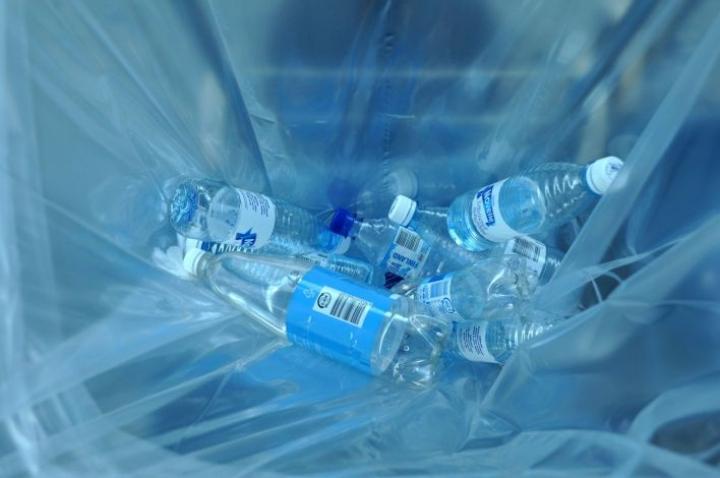 Pakkausmuovin vähentämisen ja korvaavien materiaalien käyttämisen lisäksi muovin kierrätyksestä halutaan tehdä kuluttajaystävällisempää. LEHTIKUVA / VILJA VEHKAOJA