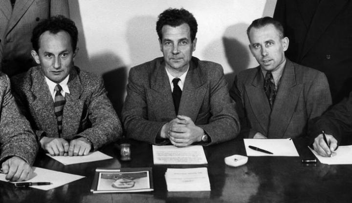 Sisäpiirin saloihin pääsisi käsiksi vain, jos puolueen sisälle tulisi lohkeama. Ensimmäinen tällainen oli SKP:n toimitsija Veikko Hauhia (kuvassa keskellä), joka oli tarjoutunut tietojen antajaksi Puskalalle vuodenvaihteessa 1956. LEHTIKUVA / HANDOUT / KANSAN ARKISTO