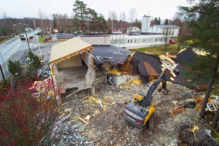 Pyhäselän entinen kunnanviratso katoaa lähiviikkoina kylämaisemasta. Purkutyö on jo hyvässä vauhdissa.
