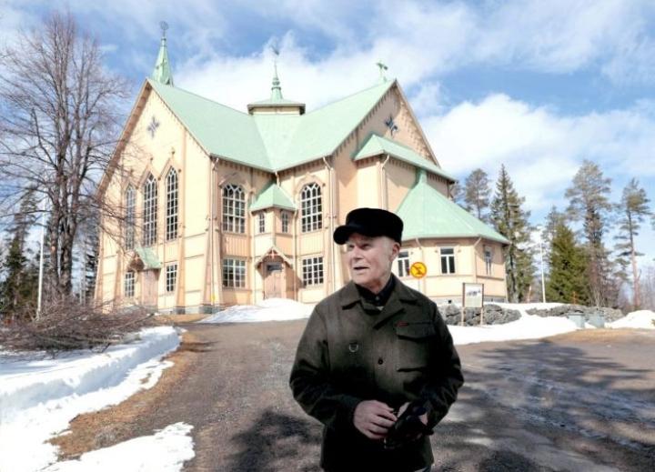 Monena mies eläessänsä, esimerkiksi 14-vuotiaasta asti tuuraavana kanttorina. Kirjailija Martti Issakainen Heinäveden kirkonmäellä huhtikuussa 2021.