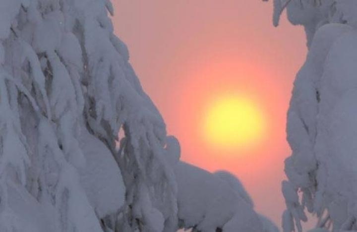 Raija Kokkola ikuisti tiistaina kauniin auringonlaskun Valtimolla.