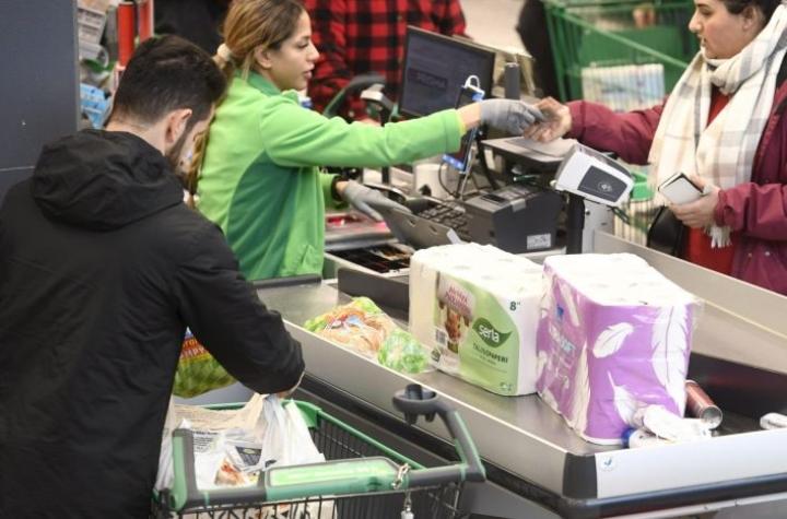 Koronavirus on aiheuttanut kaupoissa myyntipiikin. Kuluttajat ovat hamstranneet säilyviä elintarvikkeita, vessapaperia, talouspaperia ja saippuaa. LEHTIKUVA / HEIKKI SAUKKOMAA