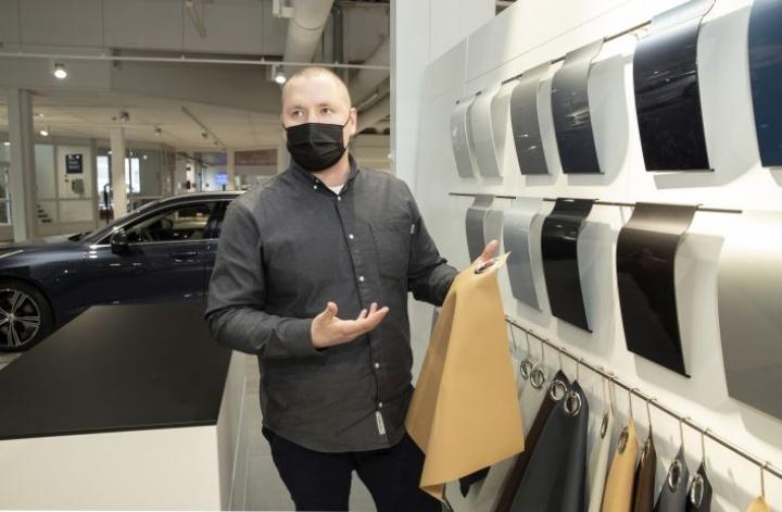 Asiakkaat kaipaavat autokaupoilta nykyään elämyksellisyyttä, kertoo myyntijohtaja Teemu Hartikainen.