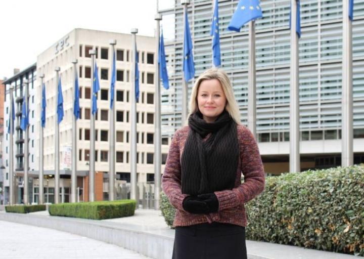 Mira-Maria Kontkanen EU-komission päärakennuksen edessä Brysselissä.