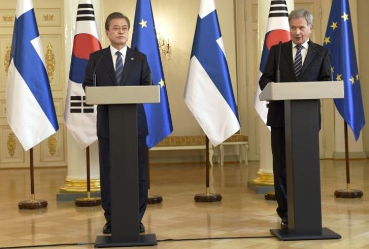 Presidentti Moon esitti lehdistötilaisuudessa Niinistölle kutsun saapua vierailulle Etelä-Koreaan sopivana ajankohtana. LEHTIKUVA / EMMI KORHONEN