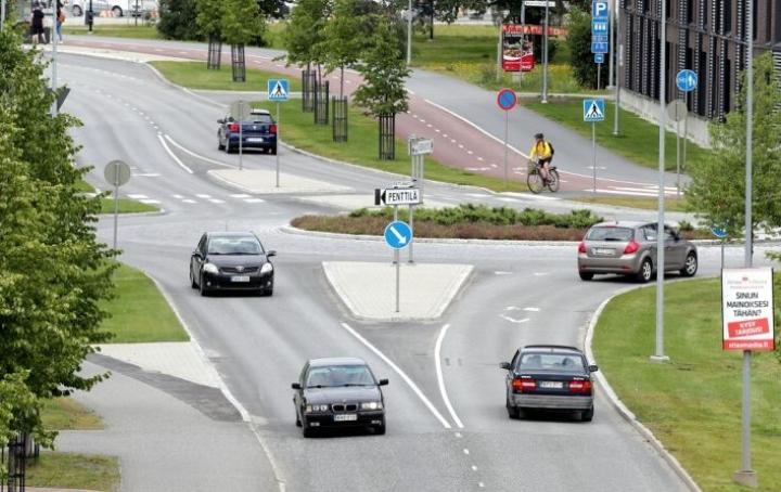 Joensuun Itärannassa Penttilänkadun ja Vanhan Raitin risteysalueella on sattunut poliisin kirjausten perusteella kuusi pyöräkolaria viiden viime vuoden aikana. Vuonna 2018 rakennettu liikenneympyrä on vähentänyt vahinkoja.