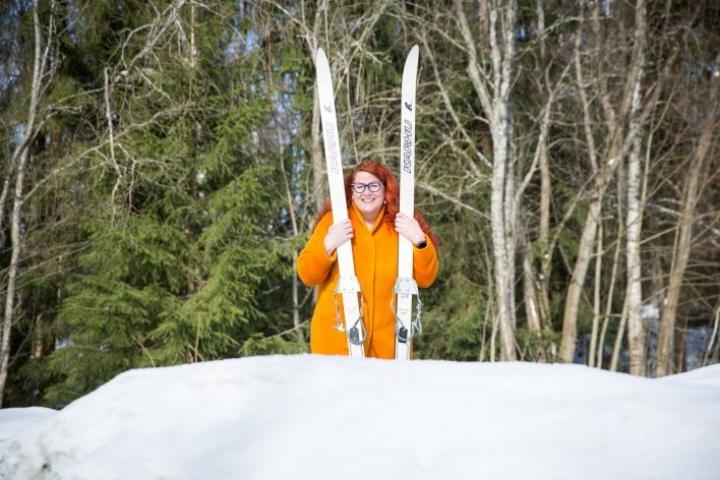 Sukset ovat Aulikki Sihvosen yleisin kulkuväline näin talvisin.