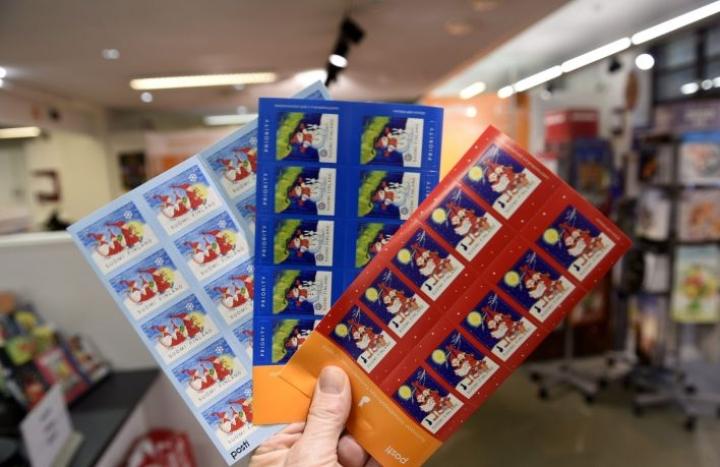 Posti suosittelee, että joulukortit suljetaan kotitalouksiin jaettujen punaisten kuorien sisään, sillä se nopeuttaa korttien päätymistä joulukorttilajitteluun. LEHTIKUVA / MARTTI KAINULAINEN