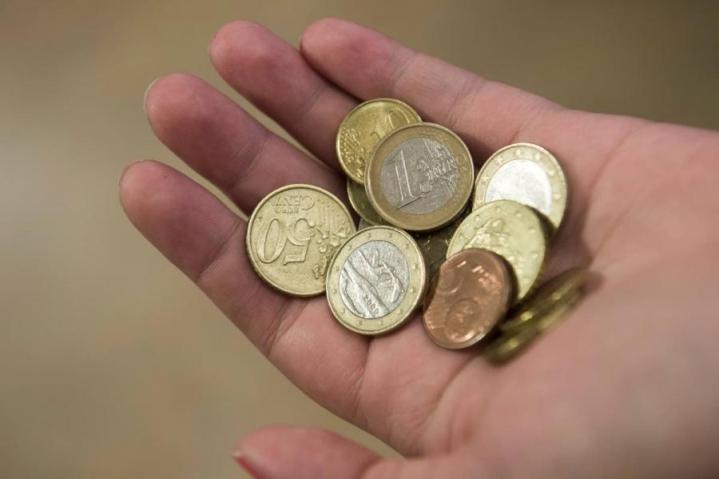 Esimerkiksi takuueläkkeen täysi määrä kutistuu ensi vuoden alussa 766,85 eurosta 760,26 euroon kuukaudessa.