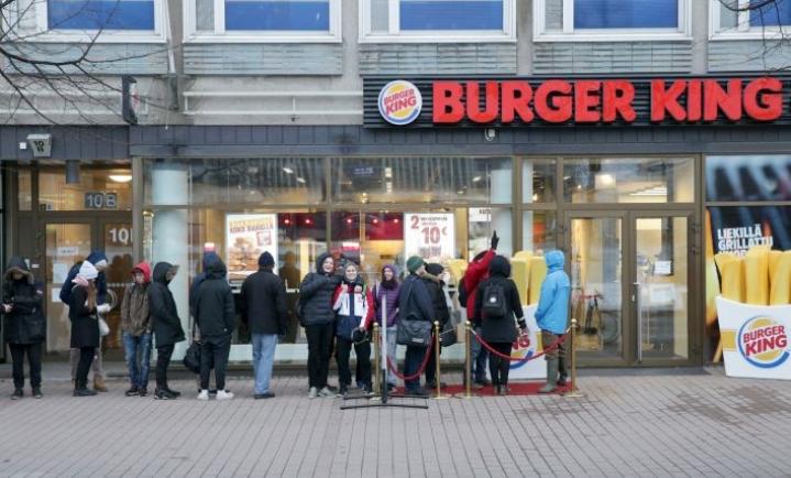 Joulukuussa Joensuun keskustaan avattu Burger King keräsi jonoa avajaispäivänä.
