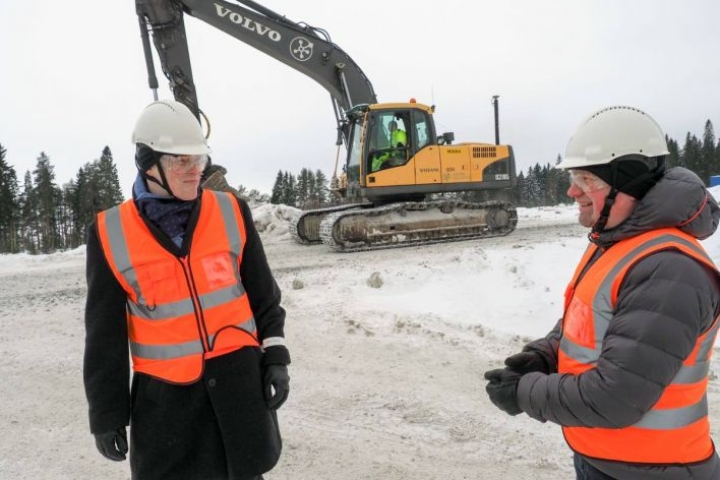 Jarkko Määttänen (vas.) ja Harri Välimäki kertovat, että noin puolen vuoden päästä Kevätniemen infra on valmis biojalostamon rakentamiseksi.