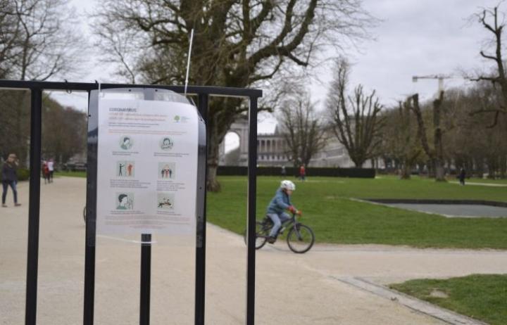 Belgiassa Cinquantenaire-puiston porteille on tuotu ohjeistukset muun muassa siitä, että muihin ihmisiin tulisi pitää vähintään 1,5 metrin välimatka. LEHTIKUVA / HETA HASSINEN