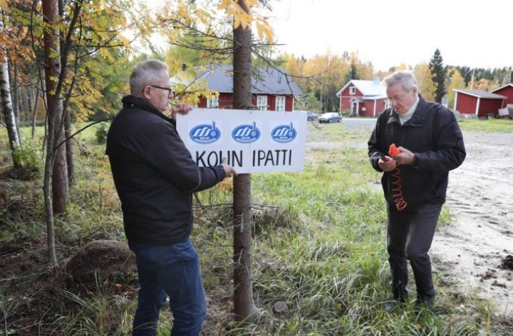 Kolin Seurojentalon idyllisestä ympäristöstä lähtee myös Maisemahiihdon latu. Seuran kylttiä pystyttämässä puheenjohtaja Sulo Eskelinen (oik.) ja sihteeri Matti Ponkilainen.