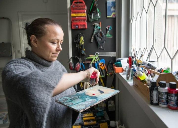 Värien kanssa työskentely ja itsensä haastaminen yhä vaikeampiin teoksiin kiehtovat kuvataiteilija Katja Kouvalaista.