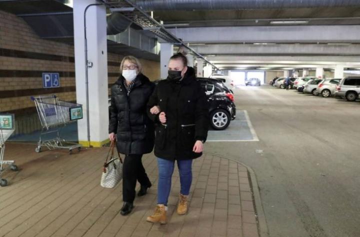 Henna Huotari auttaa viikoittain Sinikka Helkimoa kauppakäynneillä. Kahdessa tunnissa ehtii tehdä isotkin ostokset.