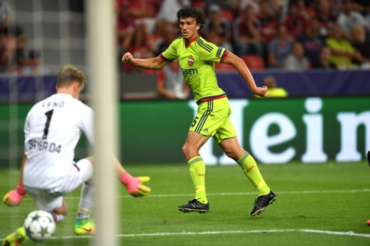 Roman Eremenkon (oik.) edustama Moskovan TsSKA kohtaa kotonaan Tottenhamin. Kuvassa hän tekee maalin Leverkusenin maalivahdin Bernd Lenon taakse. LEHTIKUVA/AFP