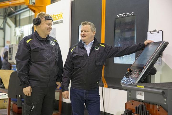 Premetecin yrittäjä Paavo Linna (oik.) ja koneistaja Mikko Kontkanen CNC-koneen äärellä. ELY-keskuksen hankerahoitus on mahdollistanut yritykselle muun muassa tehokkaampien työtapojen käyttöönoton ja isot laiteinvestoinnit.