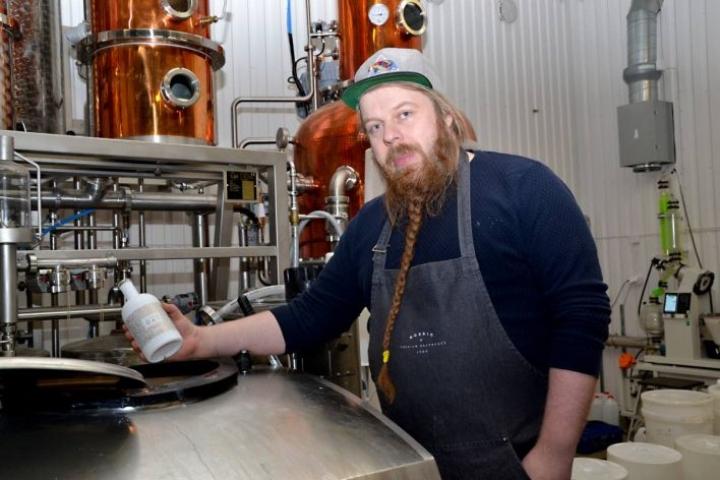 Tuotantopäällikkö Asko Ryynänen kertoo, että alkoholiton kaurapohja väkevöitetään ginillä. Maut sekoitetaan ja naitetaan toisiinsa tässä tankissa.