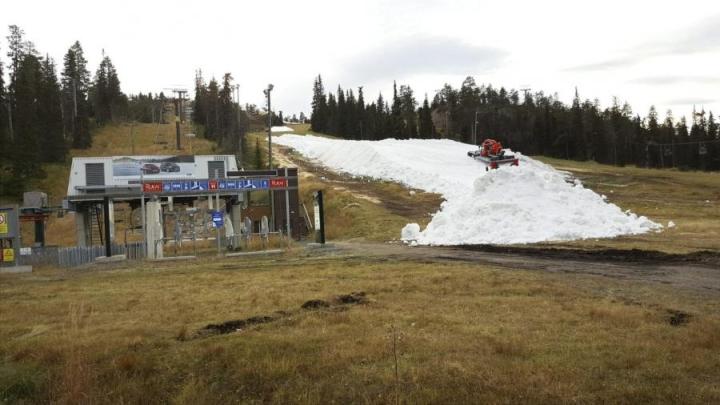 Rukan Hiihtokeskuksesta kerrotaan, että Saaruan rinteen avaamisen mahdollistaa viimetalvinen lumi, joka on säilötty uudella tekniikalla kesän yli. Lehtikuva / Martti Kainulainen.