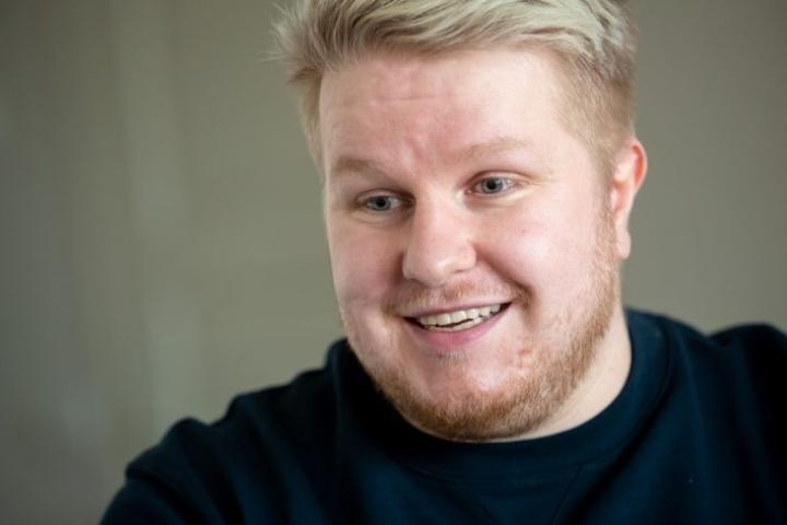 Sami-Petteri Asikainen suhtautuu itseensä ja maailmaan huumorilla. - Parhaat naurut saan, kun muokkaan omia kuviani.