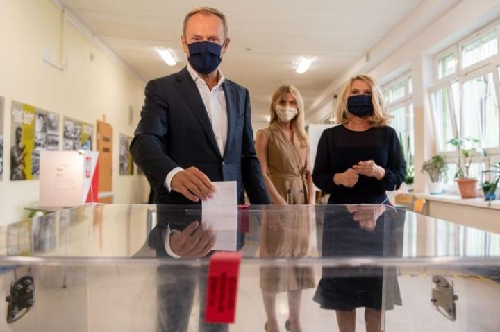 Äänensä Puolan presidentinvaaleissa antoivat myös Puolan entinen pääministeri, Eurooppa-neuvoston entinen puheenjohtaja Donald Tusk sekä hänen tyttärensä Katarzyna Tusk (keskellä) ja vaimonsa Malgorzata Tusk. Lehtikuva/AFP