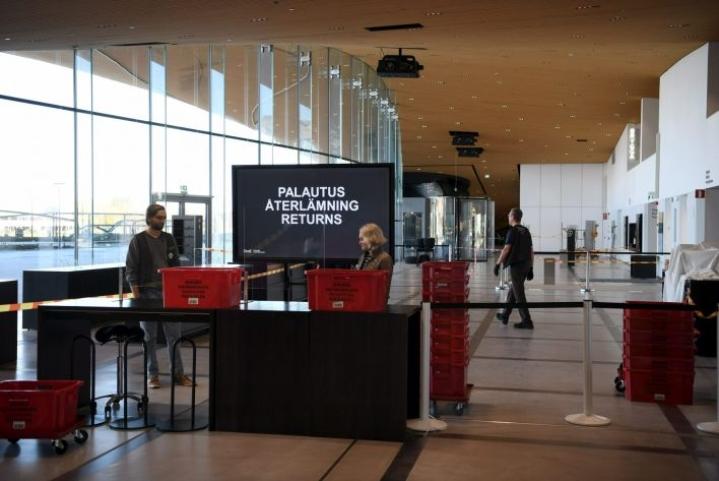 Helsingissä osa kirjastoista avasi ovensa jo perjantaina. LEHTIKUVA / Antti Aimo-Koivisto