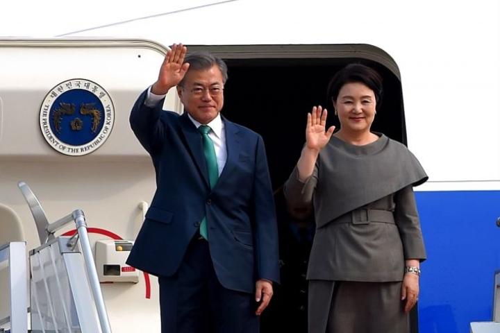 Etelä-Korean presidentti Moon Jae-in on saapunut valtiovierailulle Suomeen puolisonsa Kim Jung-sookin kanssa. Arkistokuva maaliskuulta.