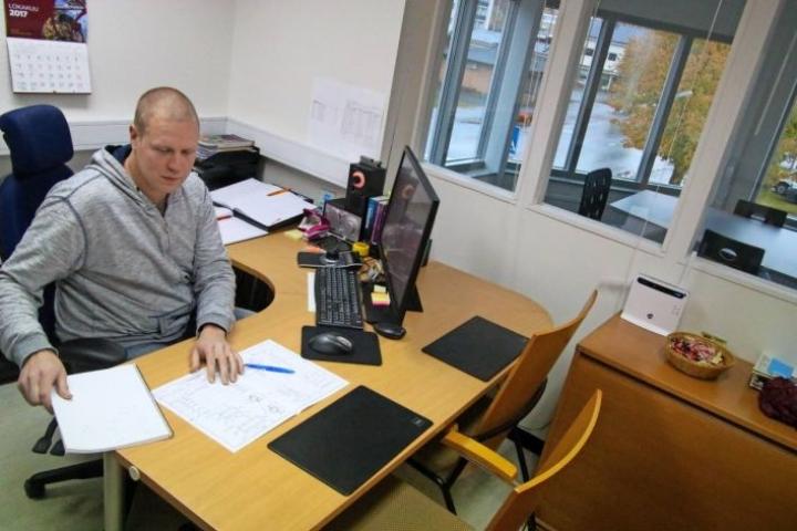 Automaationinsinööri Vesa Luukkonen hyödyntää osaamistaan yrittäjänä. Yrittäjän taipaleelle hän pääsi ostamalla jo olemassa olevan yrityksen liiketoiminnan.