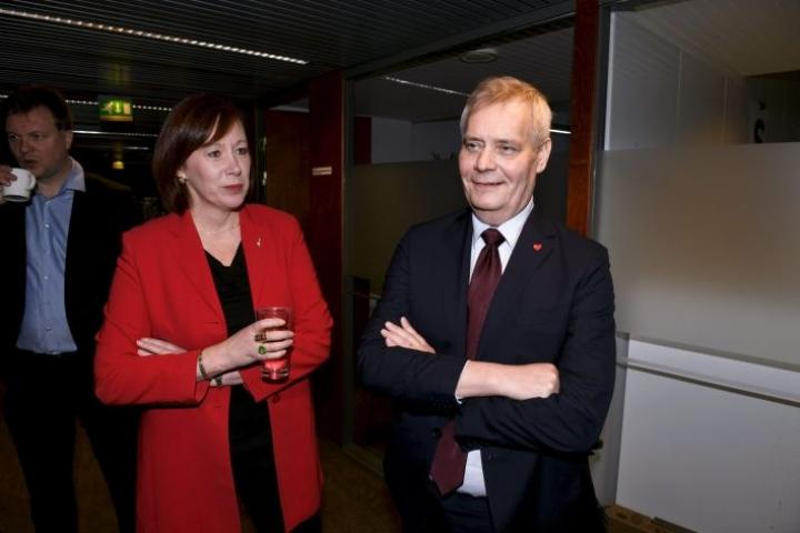 Sirpa Paatero ja Antti Rinne (oik.) tahdittivat SDP:n puoluevaltuuston kokousta. Lehtikuva / Martti Kainulainen