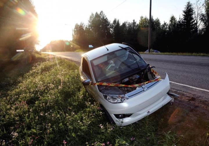 Kuvan mopoauto oli osallisena kolarissa Kuutostiellä Pyhäselässä kesäkuussa. Mopoautossa olleet kolme henkilöä selvisivät tiettävästi ilman vammoja.