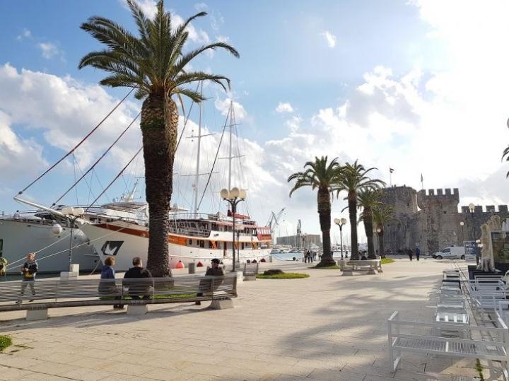 Trogirin vanhan kaupungin pääkatu eli Waterfront promenade on näyttävä näky uutta ja vanhaa.