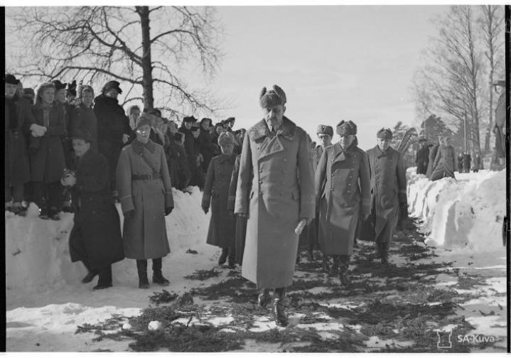 Marsalkka Mannerheim saapuu Luumäen kirkkoon 9. maaliskuuta 1944.