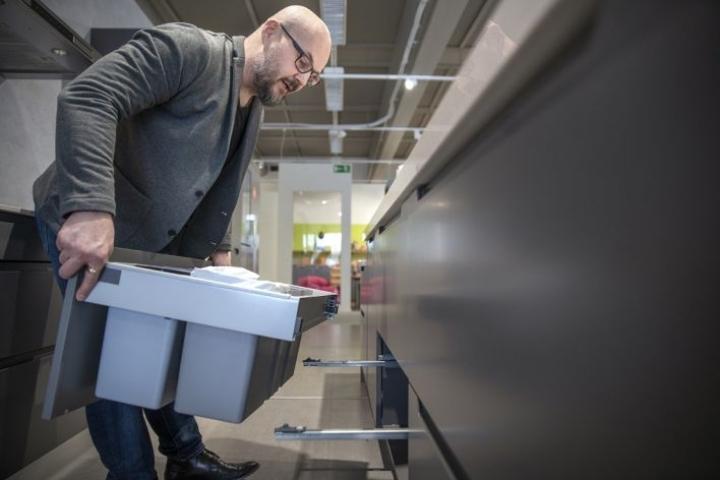 Usein jätevaunun astiat ovat kauluksessa ja ne voidaan irrottaa roskiskeikalle vaikka yksitellen, Arto Kokkonen näyttää.