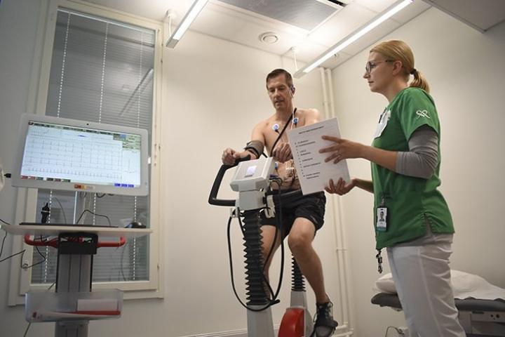 Maria Mielonen tiedusteli kliinisen rasituskokeen aikana oireita aktiivisesti liikuntaa harrastavalta Pasi Taskiselta, joka hakeutui tutkimukseen koettuaan kesälomallaan lieviä sydänoireita.