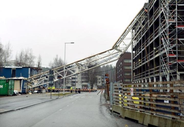 Rikkoutunut nosturin osa murskasi maahan pudotessaan osan työmaaparakista Vantaalla Tikkurilassa  30. joulukuuta 2019. LEHTIKUVA / MIKKO STIG