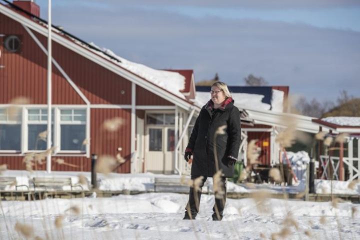 Professori Heli Peltola antaa valtaosan ajastaan yliopistonuorille ja tieteen tekemiselle. Kolilla hän käy mielellään hiihtämässä ja kesäkaudella mökkeilee suvun perintöpaikassa Repovedellä.