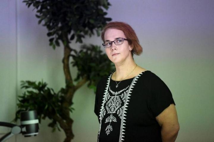 Sairaanhoitaja Elina Partanen on tutkinut sukupuoli- ja seksuaalivähemmistöjen kohtaamista hoitotyössä.