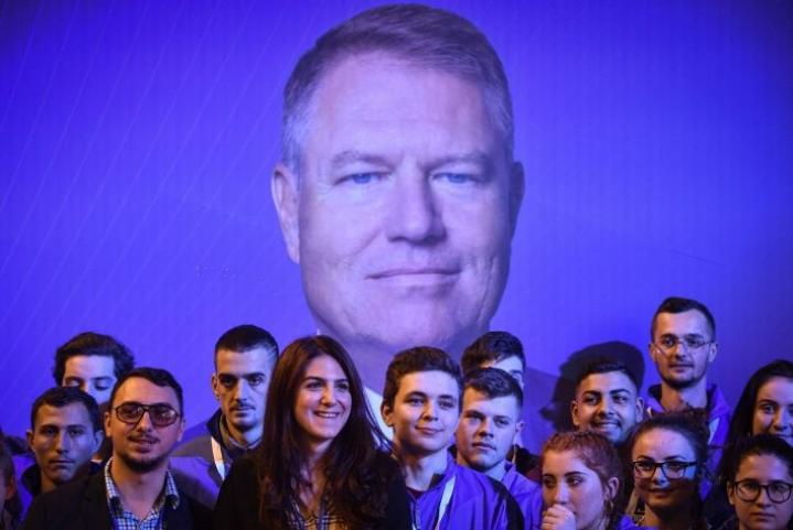 Selkeä ennakkosuosikki vaaleissa on istuva presidentti, keskustaoikeistolainen ja EU-myönteinen Klaus Iohannis. LEHTIKUVA/AFP