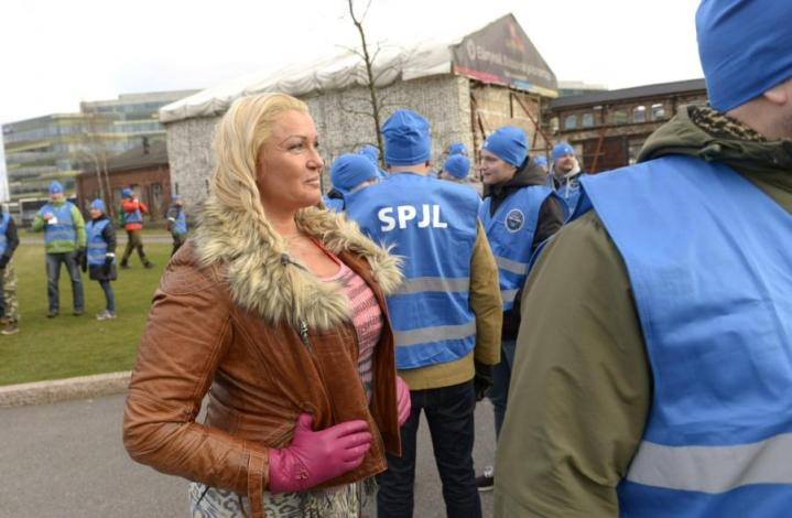 Vanhempi konstaapeli Marianne Kiukkonen on tullut tunnetuksi muun muassa television Poliisit-sarjasta. Kuvassa hän on Suomen Poliisijärjestöjen Liiton mielenosoitusmarssilla vuonna 2014. LEHTIKUVA / MARTTI KAINULAINEN