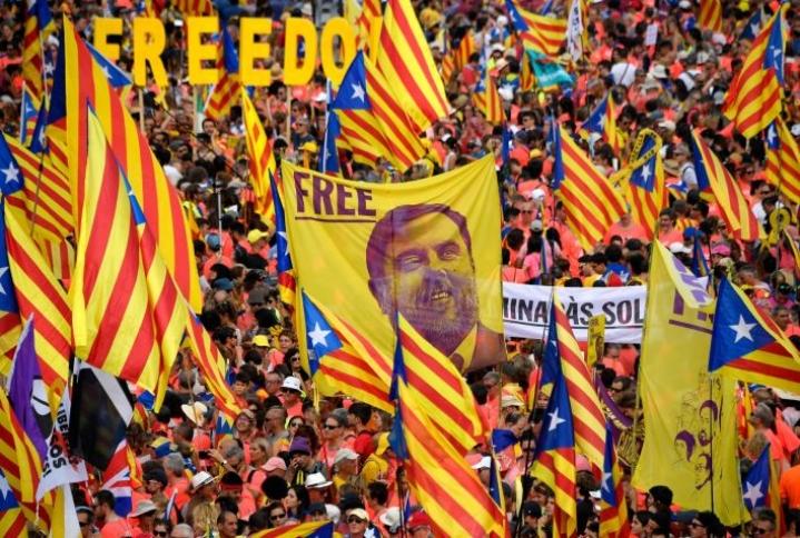 Lokakuussa korkein oikeus langetti Junquerasille 13 vuoden vankilatuomion kansankiihotuksesta ja julkisten varojen väärinkäytöstä. Junquerasin lisäksi kahdeksan muuta Katalonian itsenäistymishankkeen johtajaa sai vankeustuomioita. LEHTIKUVA / AFP / LLUIS GENE