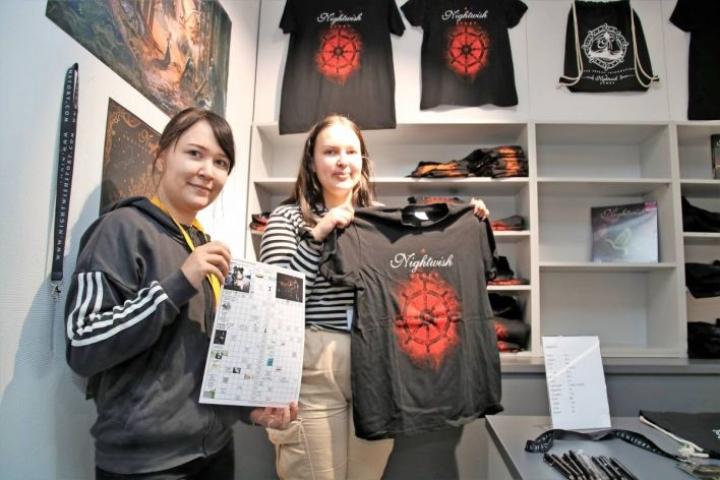 Yksi suosituista fanituotteista on Iida Björnin esittelemä t-paita. Noora Heinonen näyttää Nightwish-teemaan liittyvää sanaristikkoa.