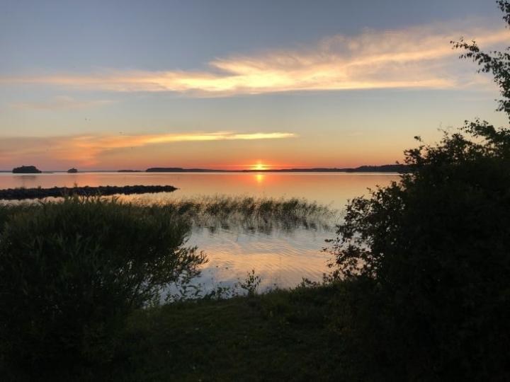 Auringonlasku Pyhäselän rannassa helteisen päivän jälkeen 19. huhtikuuta.
