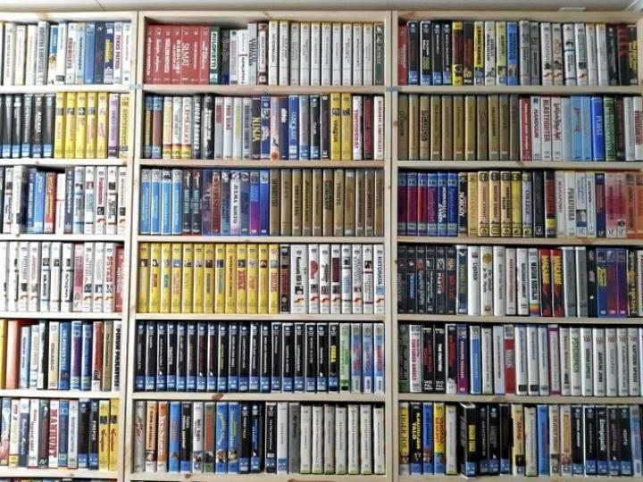 Mika Oinaksen kokoelmaa 1980-luvun vuokravideokaseteista. Oinas on tarkka siitä, että vaihtaa kokoelmassaan kasetit alkuperäisiin, puhdistettuihin ja ehjiin koteloihin sekä kansipaperit hyväkuntoisiin.