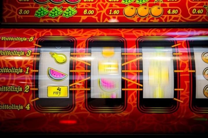 Perinteiset peliautomaatit ovat enää pieni osa rahapelien kirjoa. Pelaaminen on siirtymässä verkkoon, mikä saattaa lisätä ongelmia.