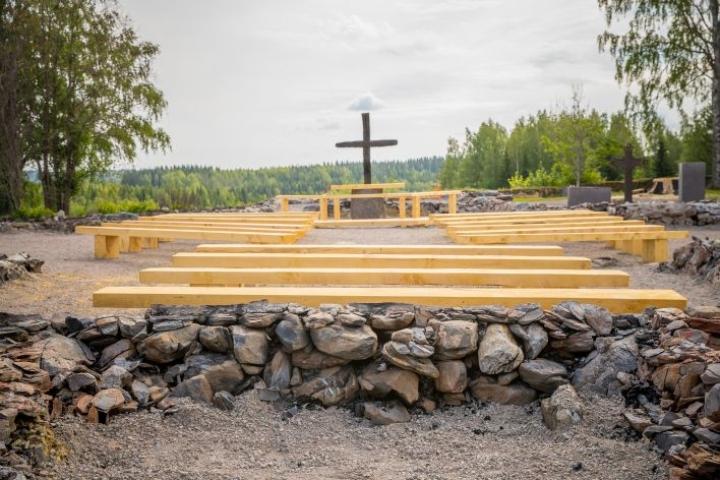 Viime syksynä palaneen Kiihtelysvaaran kirkon raunioille on tehty kesäkirkko.