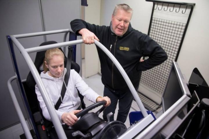 Marko Käyhkö Joensuun Auto-opistosta, oppilas Petra Kasurinen ajosimulaattorissa.