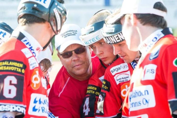 Raimo Bragge punoo Kiteen Pallon kanssa suunnitelmia, joiden avulla joukkue pääsisi ylempään jatkosarjaan.