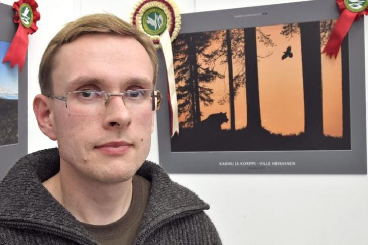 Valokuvaaja Ville Heikkinen otti vastaan Vuoden Luontokuva -kilpailun pääpalkinnon Finlandia-talossa.