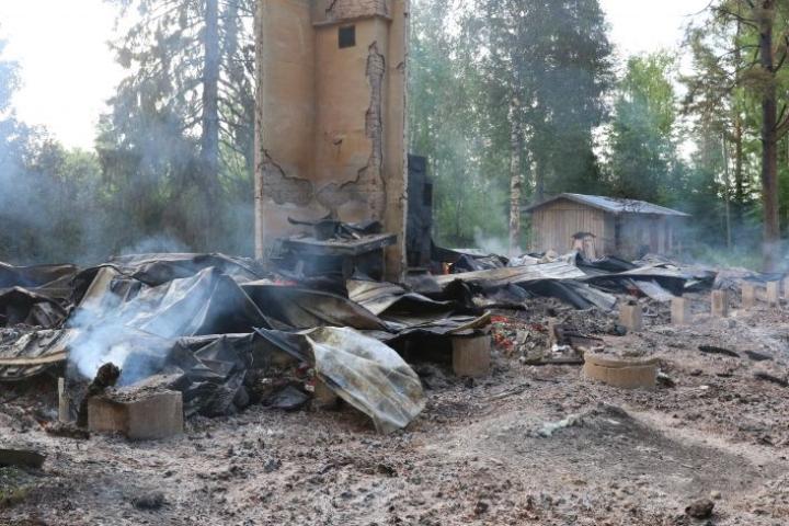 Salaman sytyttämä Varpasen kylätalo paloi lauantaiyönä perustuksiaan myöten, eikä irtaimistostakaan saatu pelastettu mitään.