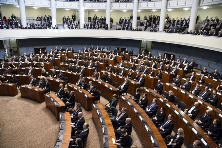 Perussuomalaiset vastustaa esitystä, jossa puolue siirtyisi istumaan salin oikeaan laitaan ja RKP tulisi keskelle. LEHTIKUVA / MARKKU ULANDER